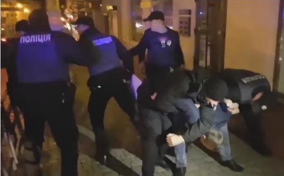 В передмісті Франківська правоохоронці затримала двох п